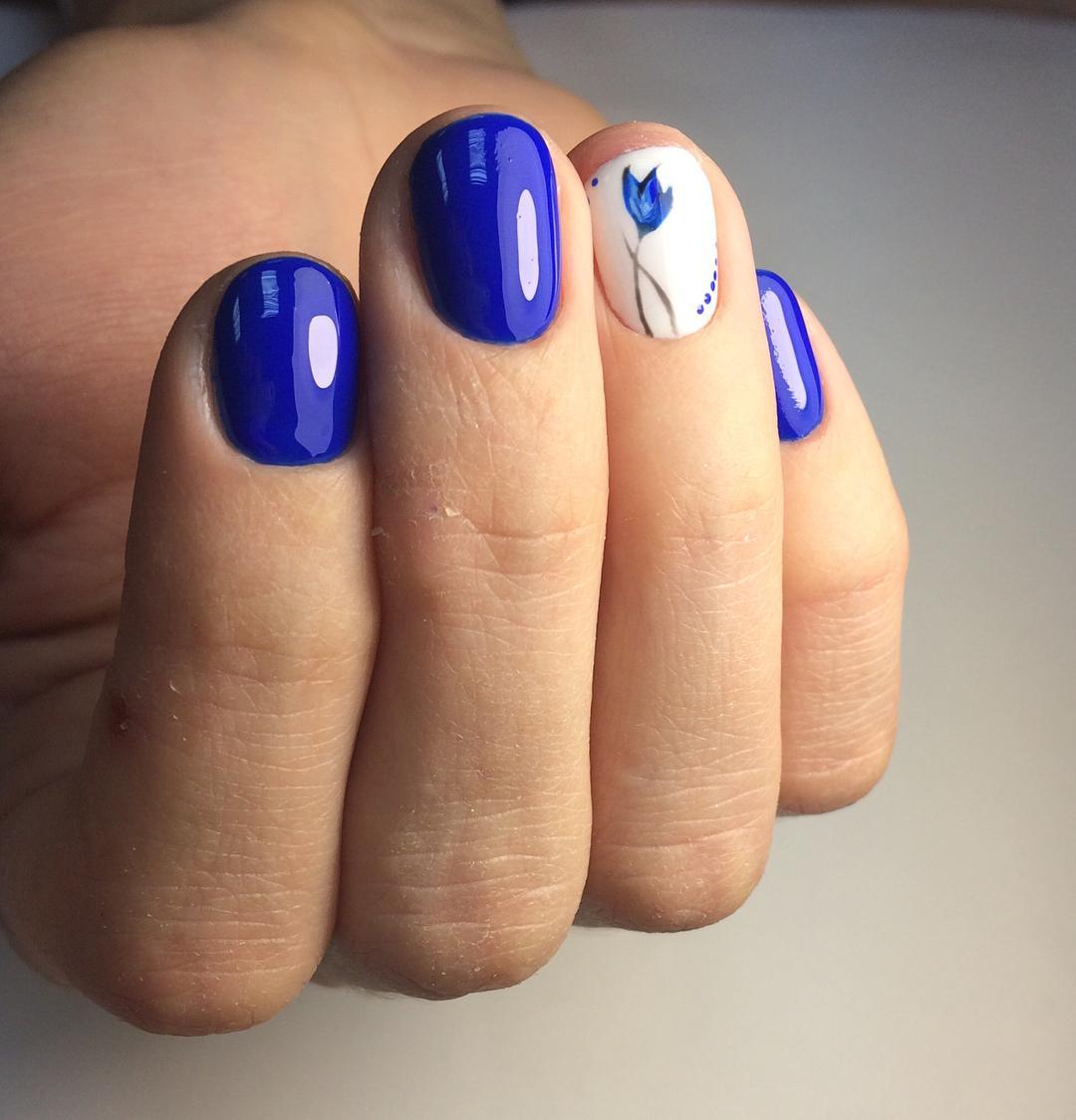 Маникюр с синим цветом