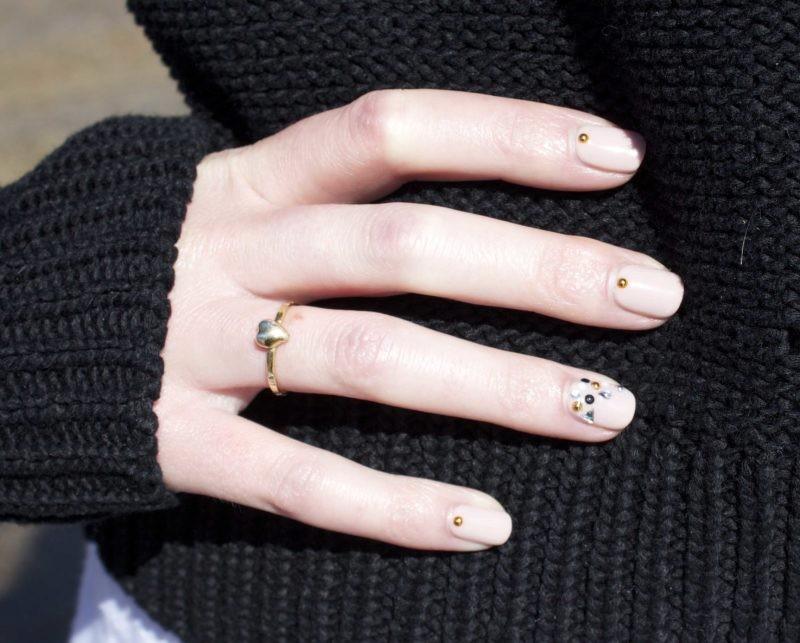Бежевый маникюр на короткие ногти