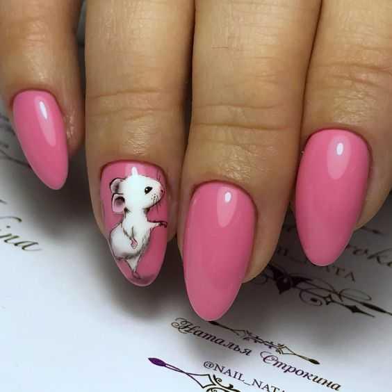 Розовый маникюр с мышкой