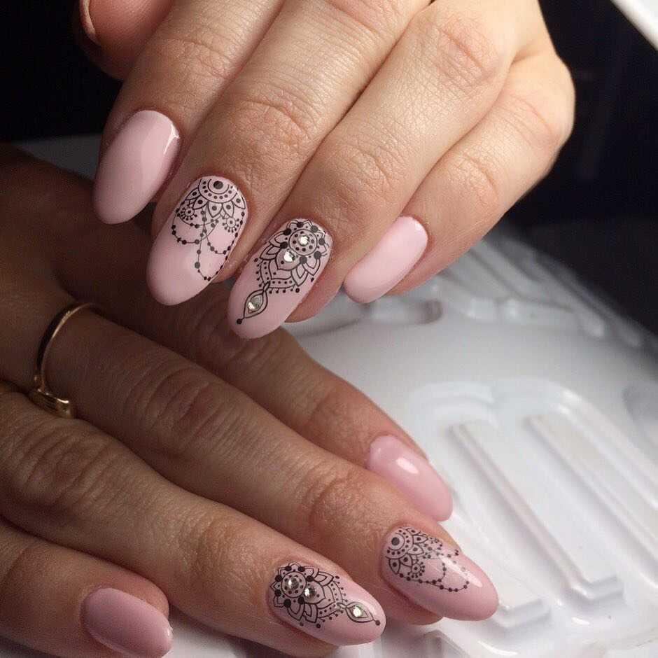 элегантный дизайн ногтей с камнями и стразами