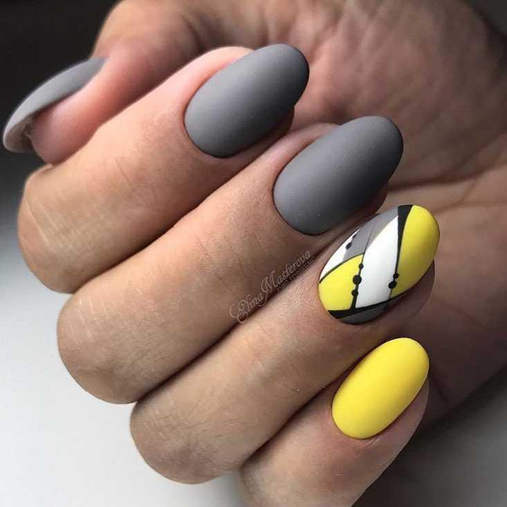 серо желтый маникюр