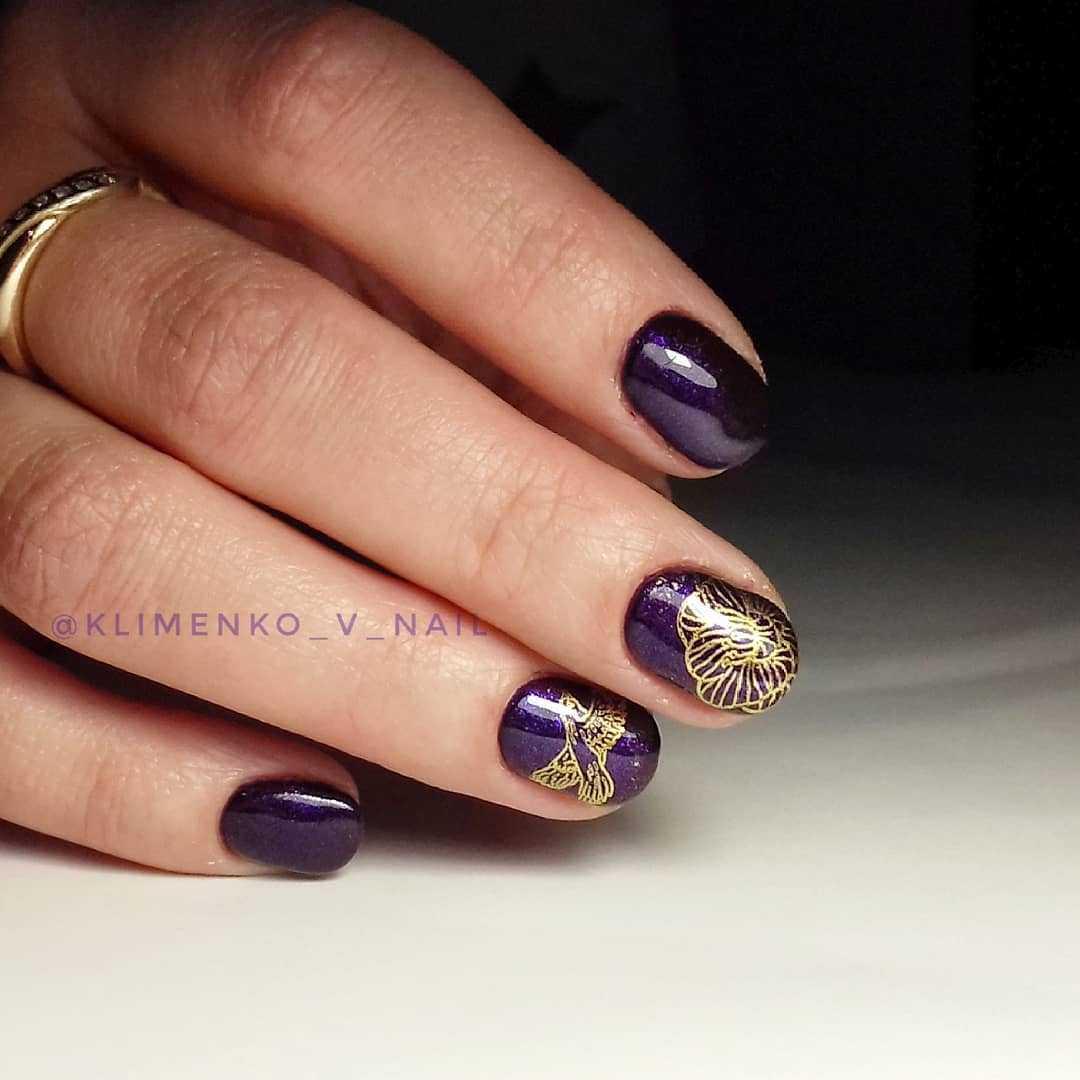 фиолетовые ногти с золотом