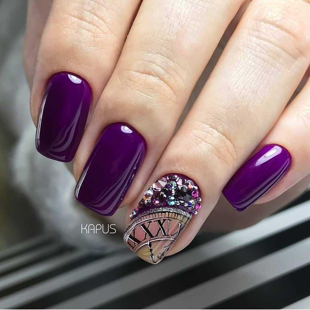 фиолетовый маникюр со стразами
