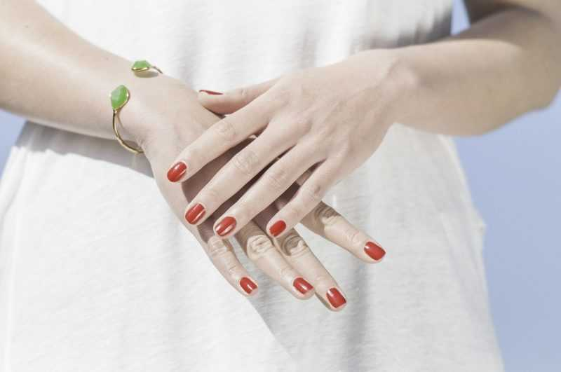 Руки с красным лаком