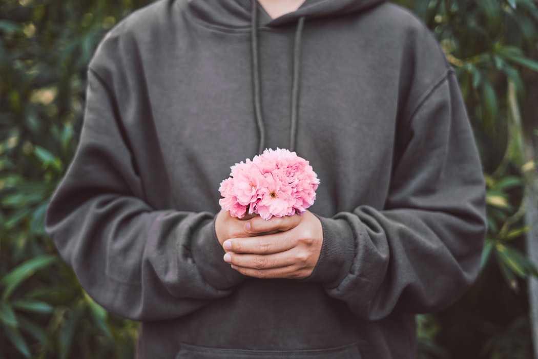 Мужчина с розовыми цветами