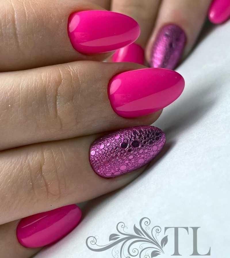 ярко-розовый пенный маникюр с розовой втиркой