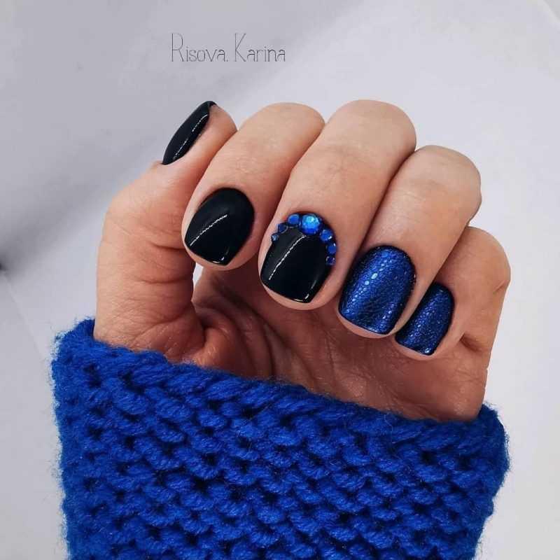 черный пенный маникюр с синей втиркой, синими стразами, на короткие ногти