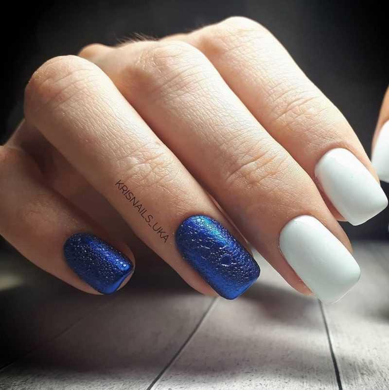 белый пенный маникюр с синей втиркой