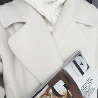 Белое пальто с журналом