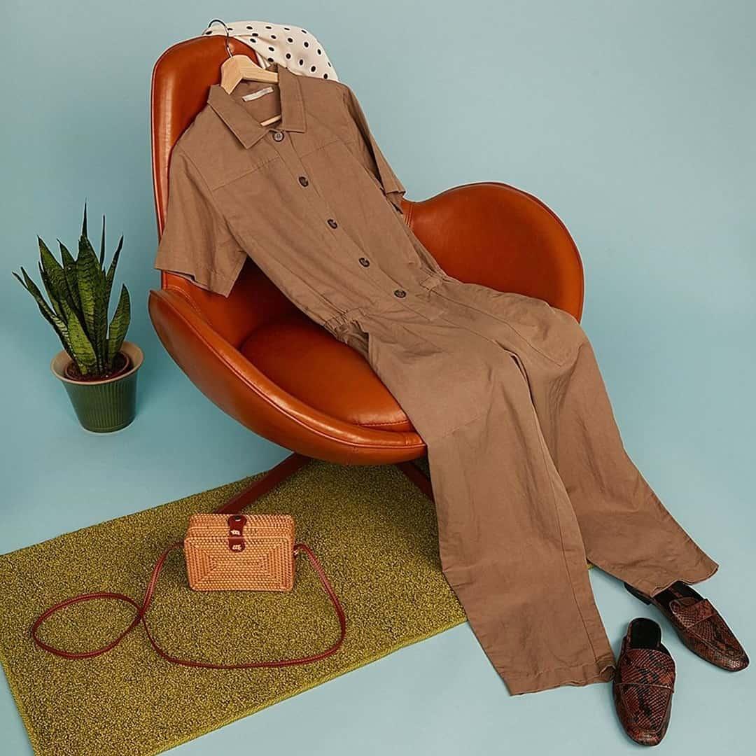 одежда на стуле
