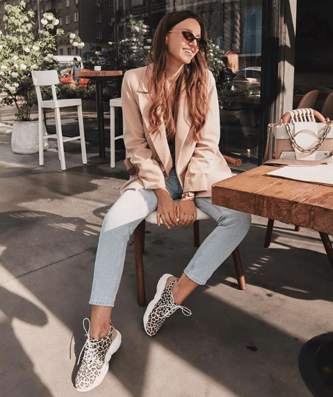 Пиджак с кроссовками