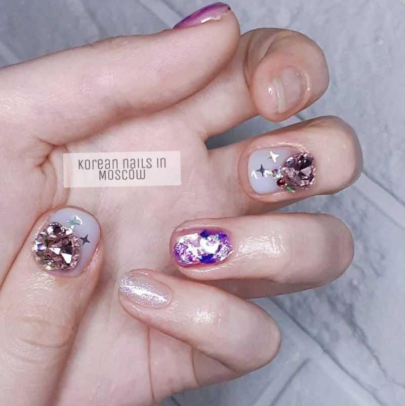 стразы на коротких ногтях