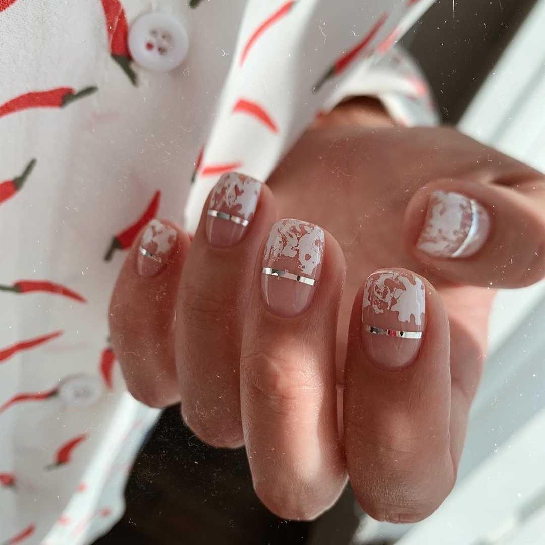 белая фольга на ногтях