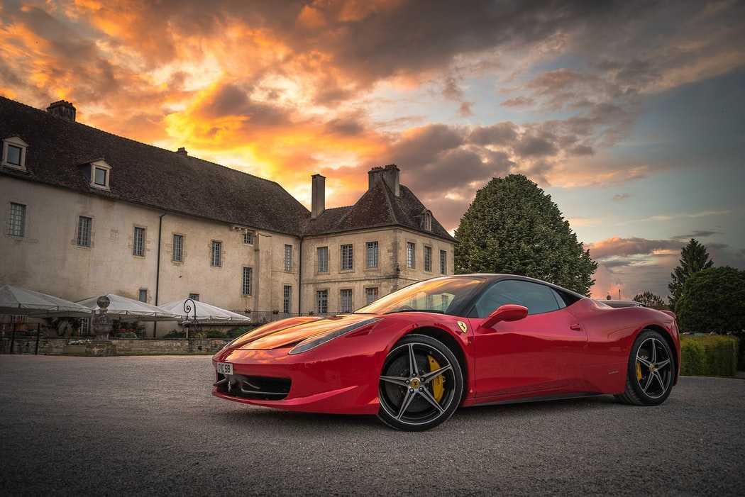Ferrari на фоне дома