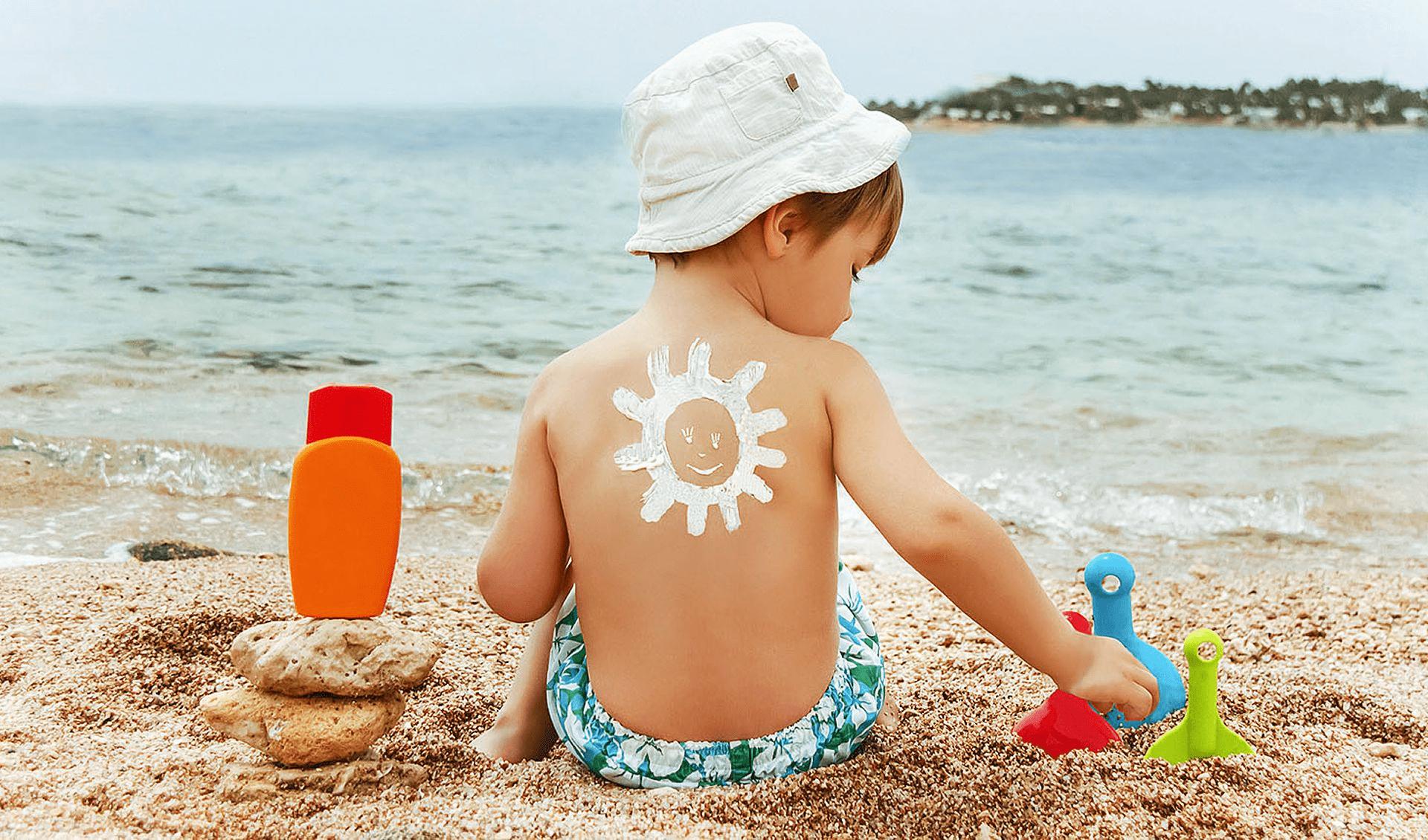 Солнышко из солнцезащитного крема на спинке у ребенка