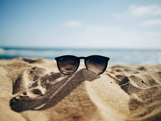 Очки на песке