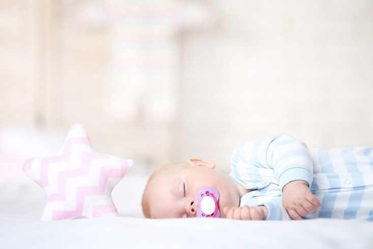 Спящий младенец с соской