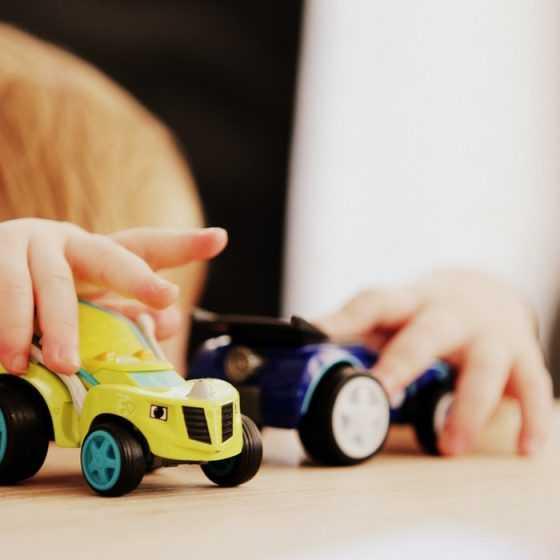 Мальчик играет машинками