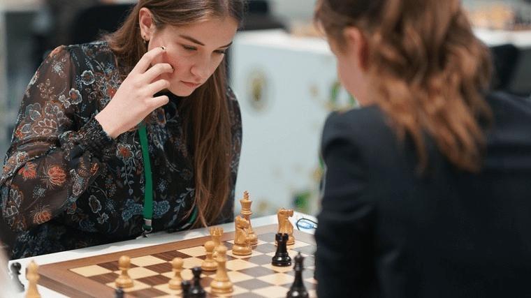 Женщины играют в шахматы