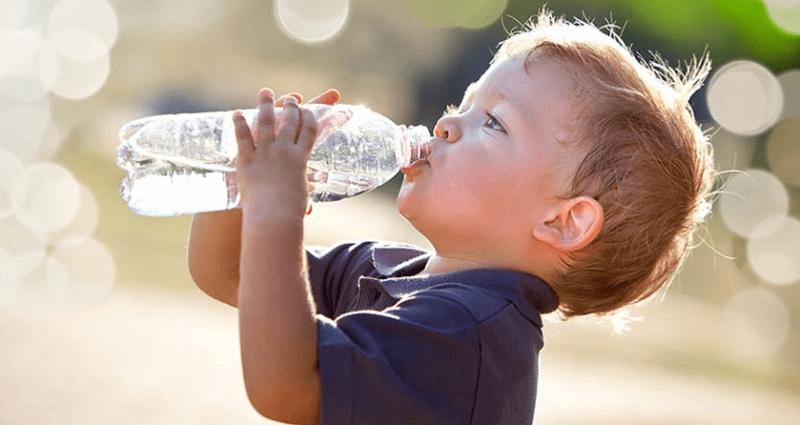 малюк п'є воду